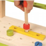 Banco de trabajo con herramientas y piezas5
